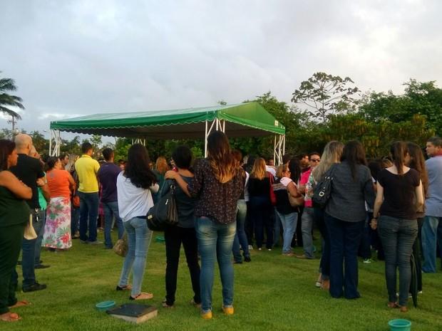 Muitas pessoas compareceram ao sepultamento de Abinael (Foto: Derek Gustavo/G1)