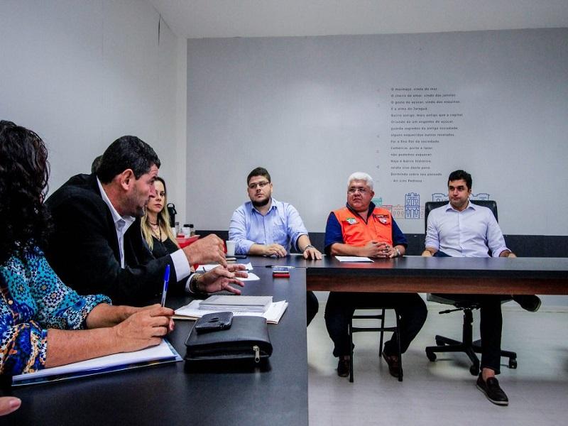 Prefeito Rui Palmeira recebe comissão de moradores do Pinheiro.