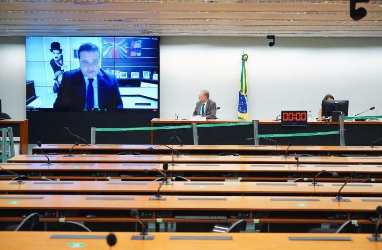 Plenário da comissão, com mesa e telão