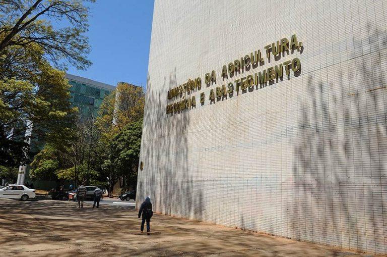 Prédio branco com letreiro onde se lê: Ministério da Agricultura